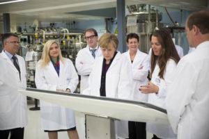 Bundeskanzlerin Angela Merkel bei der Laborbesichtigung von Roche am Standort Penzberg