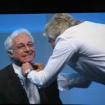Richard Branson schneidet Jim Greenwood den Schlips ab