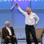 Sir Richard Brenson auf der und Jim Greenwood haben sichtlich Spaß Quelle: BIO Photo