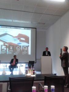Stephan Brand (Mitte), Vice President von SAP Hana, stellt das auf Big Data basierende, neue SAP Produkt Sentinel vor