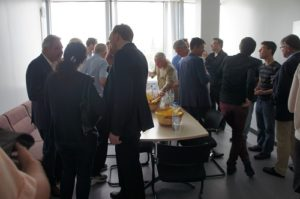 Jungunternehmer im regen Austausch mit Investoren. Quelle: Goethe-Unibator