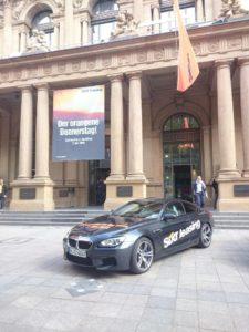 Zum Börsenstart von Sixt Leasing stellte das Unternehmen vor dem Hauptgebäude der Frankfurter Börse einige seiner Autos zur Schau.