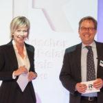 Kay Bommer, Geschäftsführer des DIRK und n-tv Moderatorin Corinna Wohlfeil verleihen des Deutschen Investor Relations Preis 2015