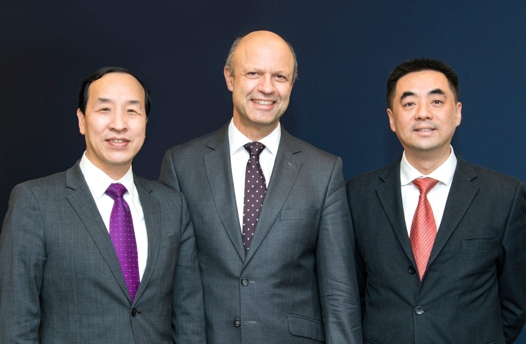 Ting Cai, Chairman und CEO der China National Chemical Equipment Co. Ltd. (CNCE), Dr. Frank Stieler, CEO der KraussMaffei
