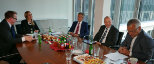 Peter List und Svenja Liebig (beide GoingPublic Media) diskutieren mit Peter Dietz, Simon Steiner und Peter Poppe (v.l.n.r.) über die Zukunft der IR.