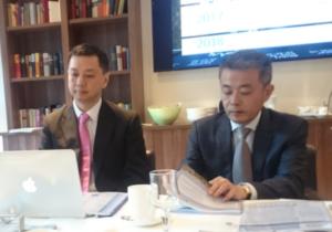 Decheng erklären ihr Geschäftsmodell. Rechts: CEO Xiaofang ZHU