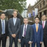 Von links: Herr Ooi (CFO), Herr Schrollinger (AR-Vorsitzender), Herr Zhu (CEO), Herr Zhu (COO), Herr Teo (stv. AR-Vorsitzender)