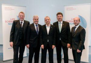 Dirk Greshake (AstraZeneca), Senator Frank Horch, Dr. Hinrich Habeck (LSN), Minister Reinhard Meyer, Dr. Dennis Ostwald (WifOR) (Foto: Markus Scholz)