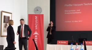 Pfeiffer Vacuum-CEO Manfred Bender stellt sich den Fragen der Journalisten auf der Bilanz- und Pressekonferenz.