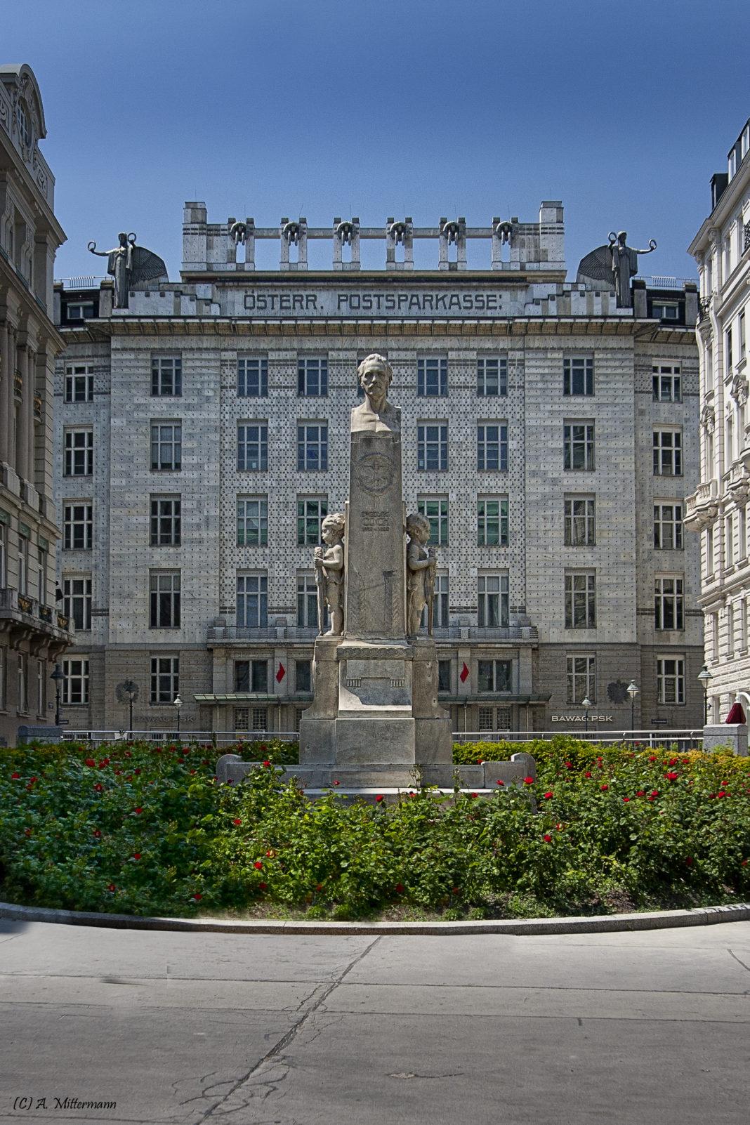 Georg-Coch-Platz, Fassade mit Denkmal Georg Coch