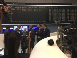 Blitzlichtgewitter: Am Tag der Börsennotiz steht das Management von der STS Group der Presse Rede und Antwort.