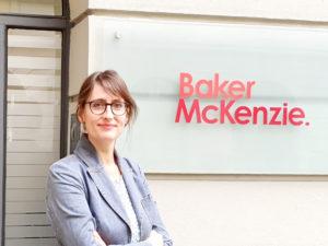 Julia Braun vor dem Büro in der Münchner Theatinerstraße.